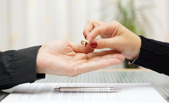 Ehering und Ehevertrag als Symbole des Miteinanders