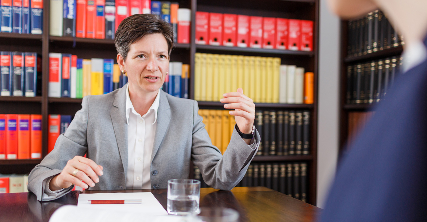 Rechtsanwältin Sabine Seidler im Mandantengespräch